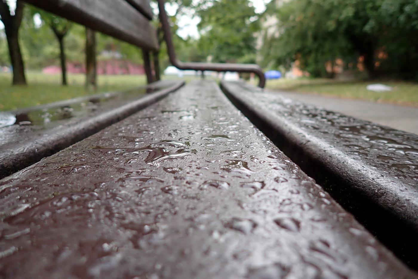 Mokrá lavička po daždi